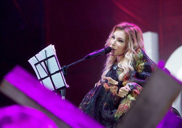 Певица Юлия Самойлова выступает на концерте