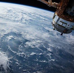 Спутник на орбите Земли, архивное фото