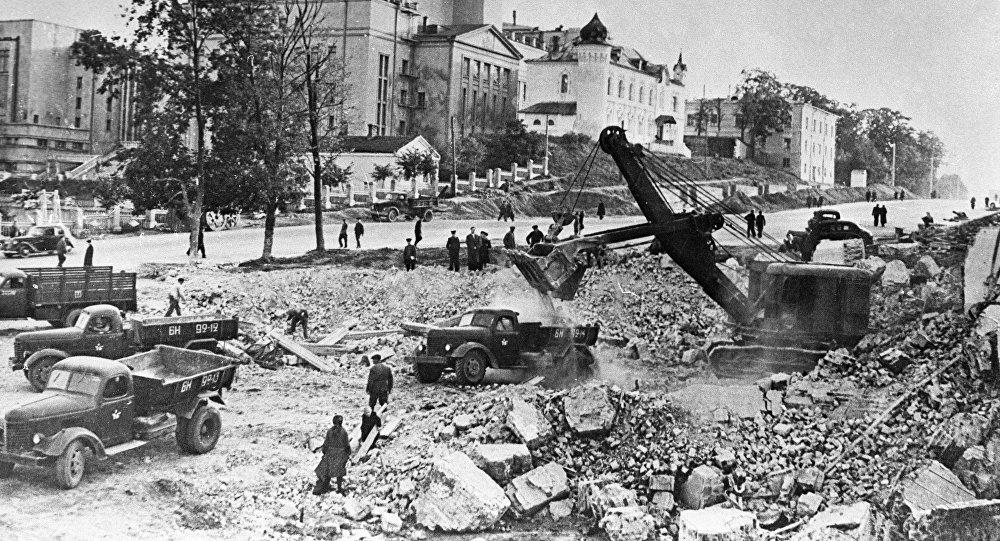 Жители Минска разбирают руины на проспекте Ленина.