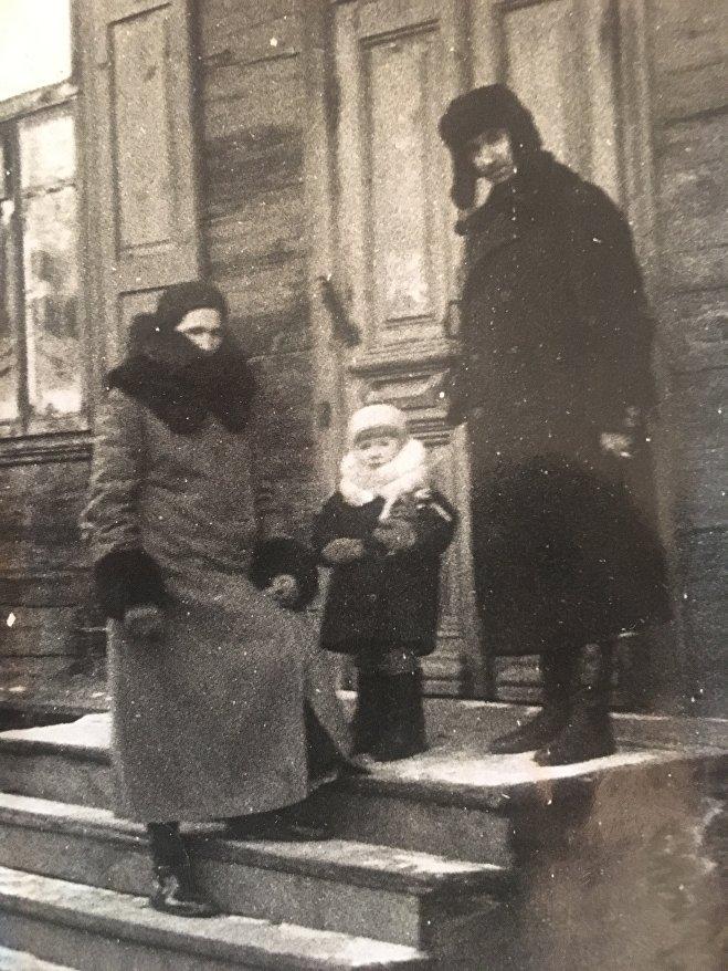 Родители и сестра Инессы Макарчук Жанна (в центре) у минского дома на улице Ленина в довоенное время