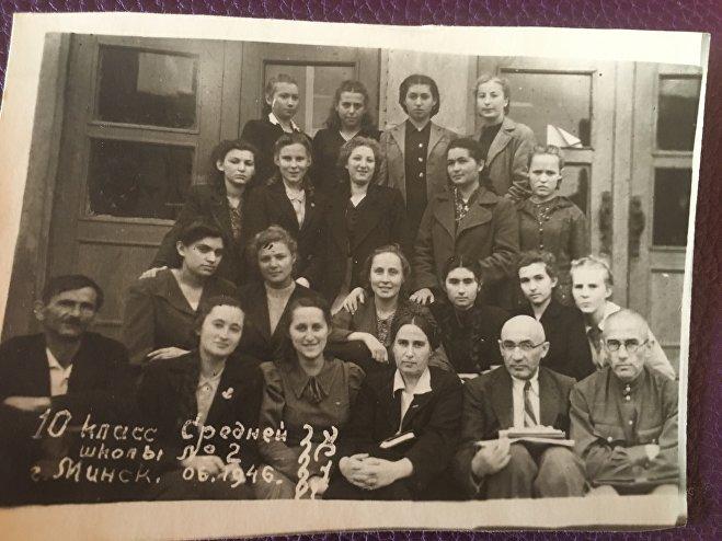 Инесса Макарчук во время учебы в 10-м классе средней школы №2 Минска (1946 год)