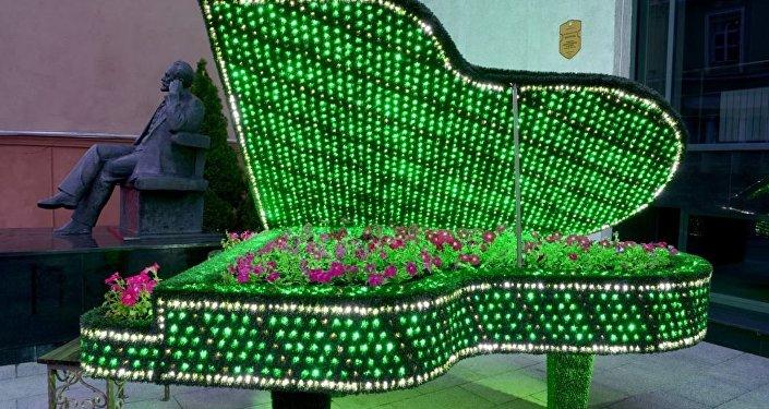 Комплимент Чайковскому: в Гомеле засветилась клумба-рояль