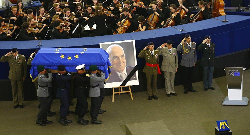 Порошенко примет участие вцеремонии почтения памяти сбывшим канцлером ФРГ Колем