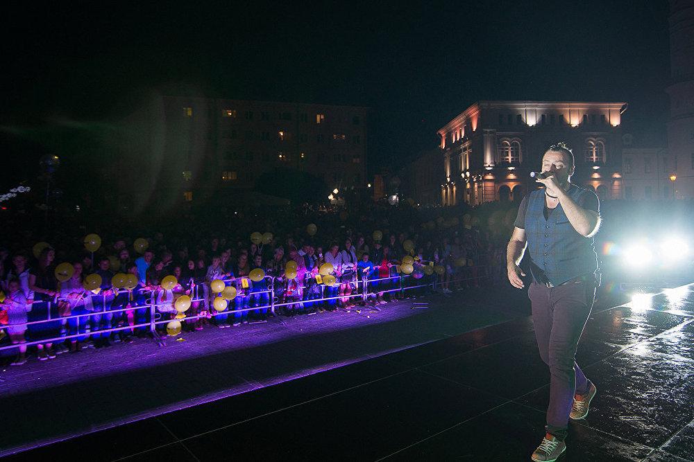 На плошчы Славы сабралася некалькі тысяч чалавек, а прымыкаючая да яе вуліца Першамайская на цэлы дзень была зачыненая для аўтамабільнага руху.
