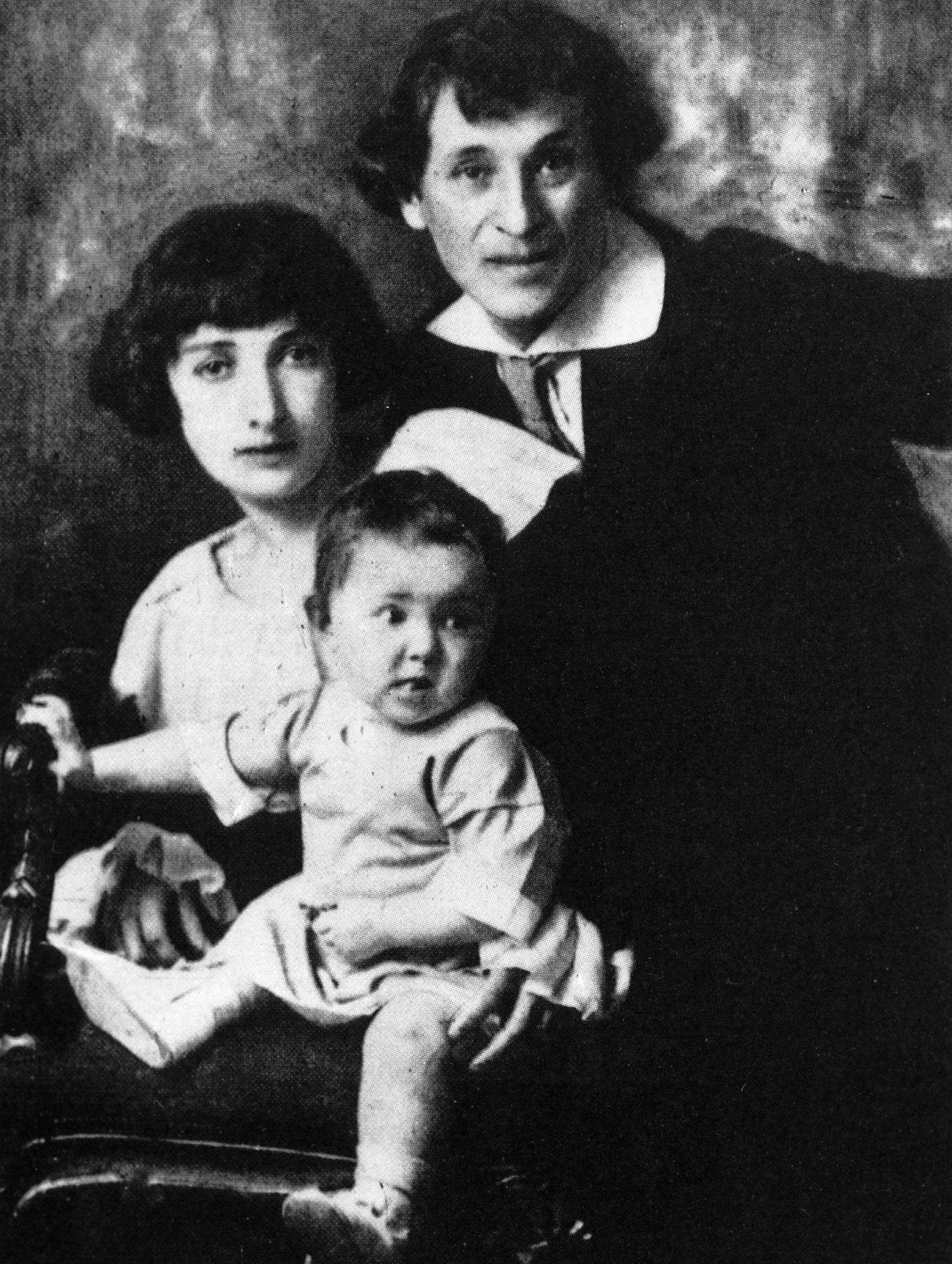 Марк Шагал с женой Беллой и дочерью Идой