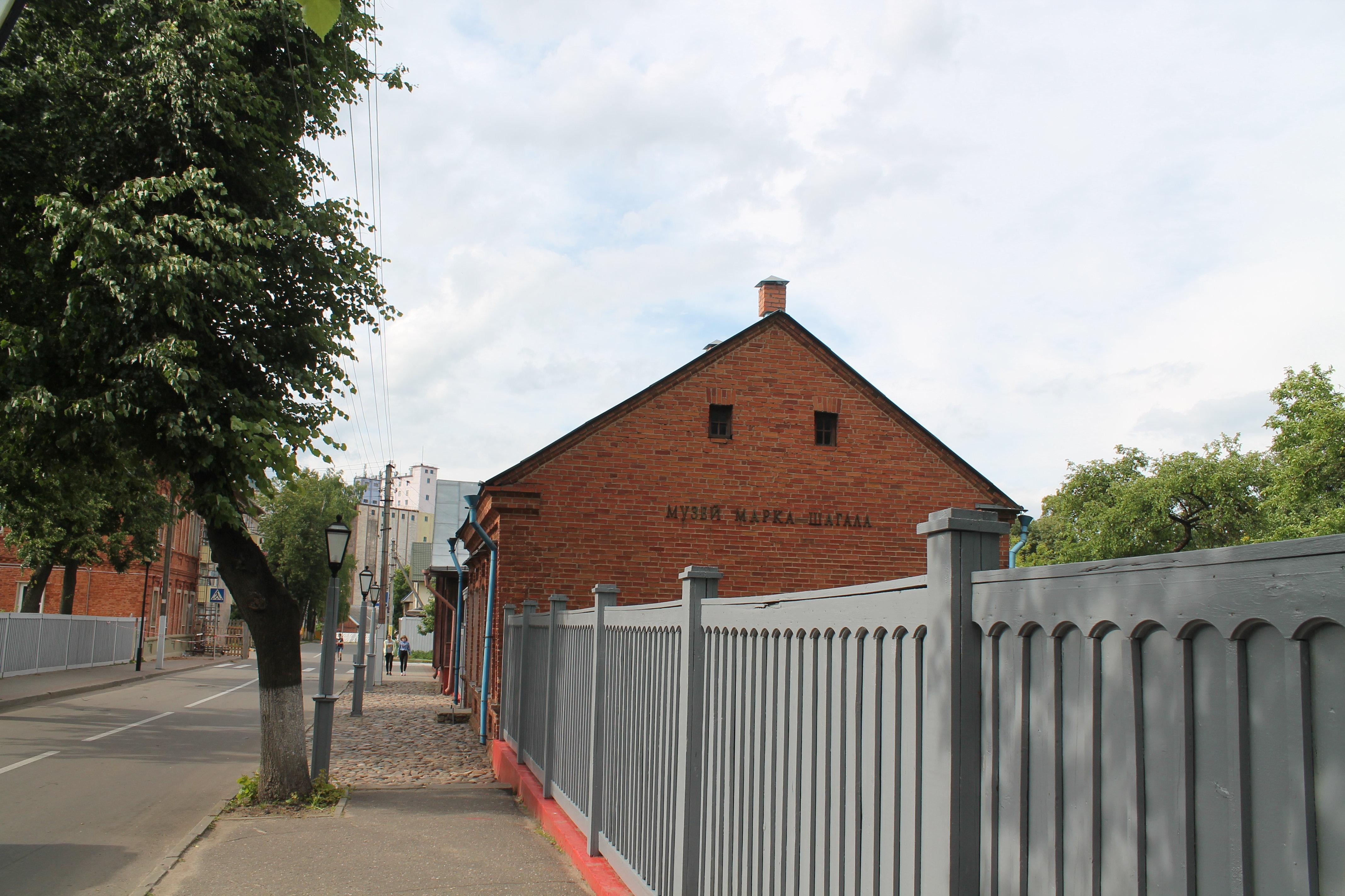 Шагал навсегда покинул Витебск в 35 лет, но Покровскую улицу, на которой вырос, он рисовал всю жизнь