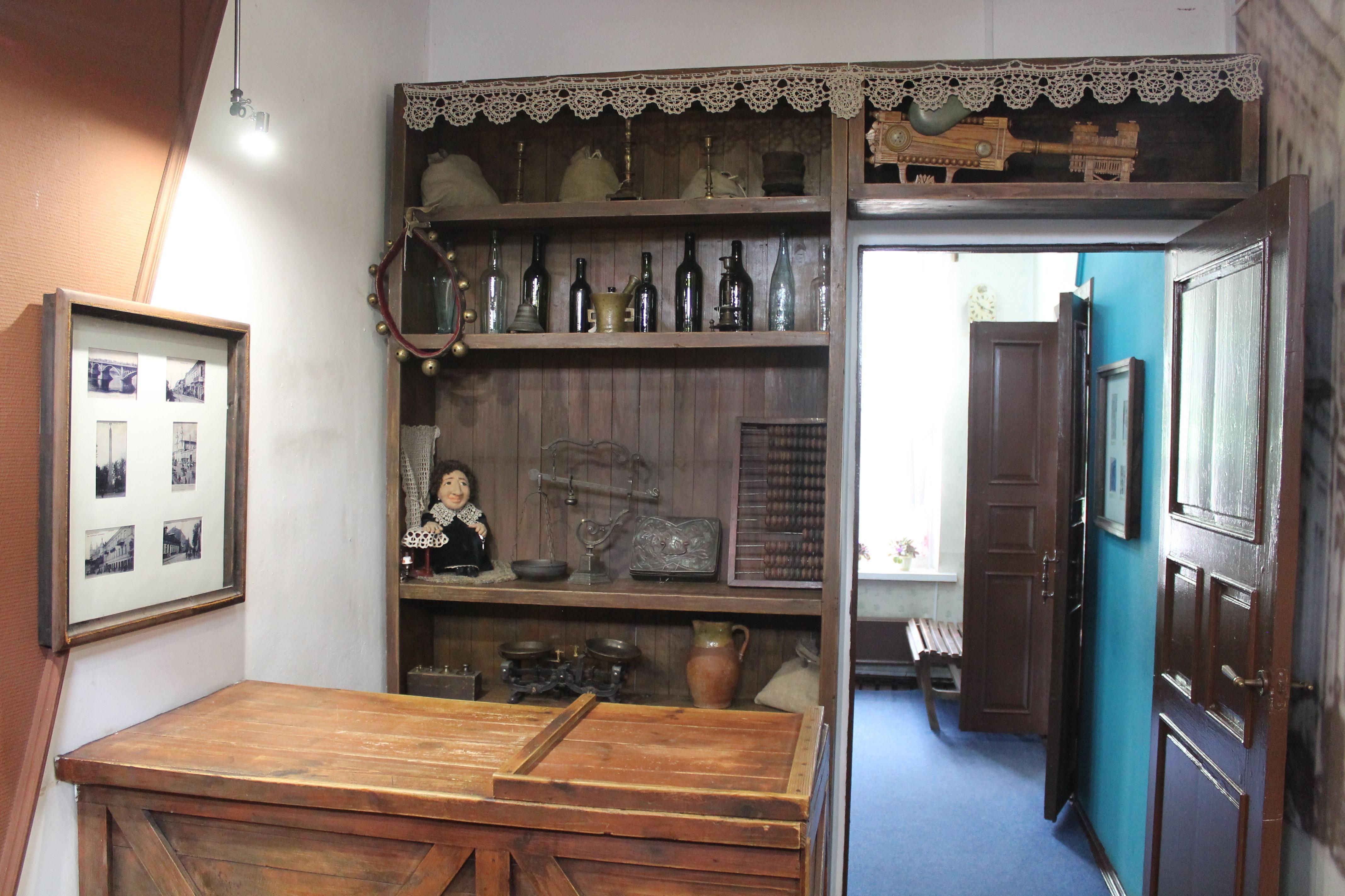 Конторка, за которой мать Марка Шагала продавала различные товары. Лавка находилась прямо в доме.