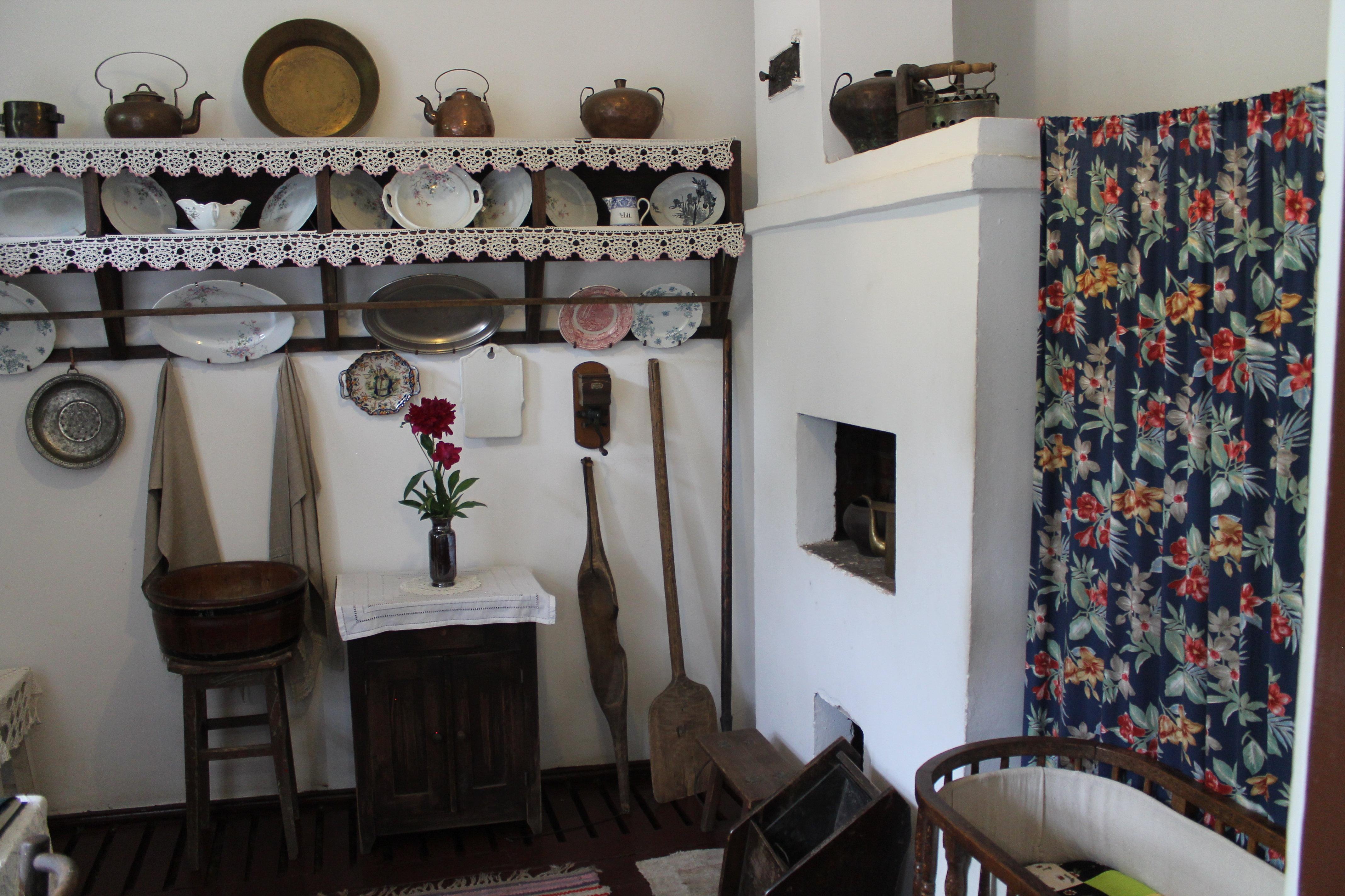 Поскольку дома было очень мало места, зачастую Шагалу приходилось рисовать свои картины, сидя на печи