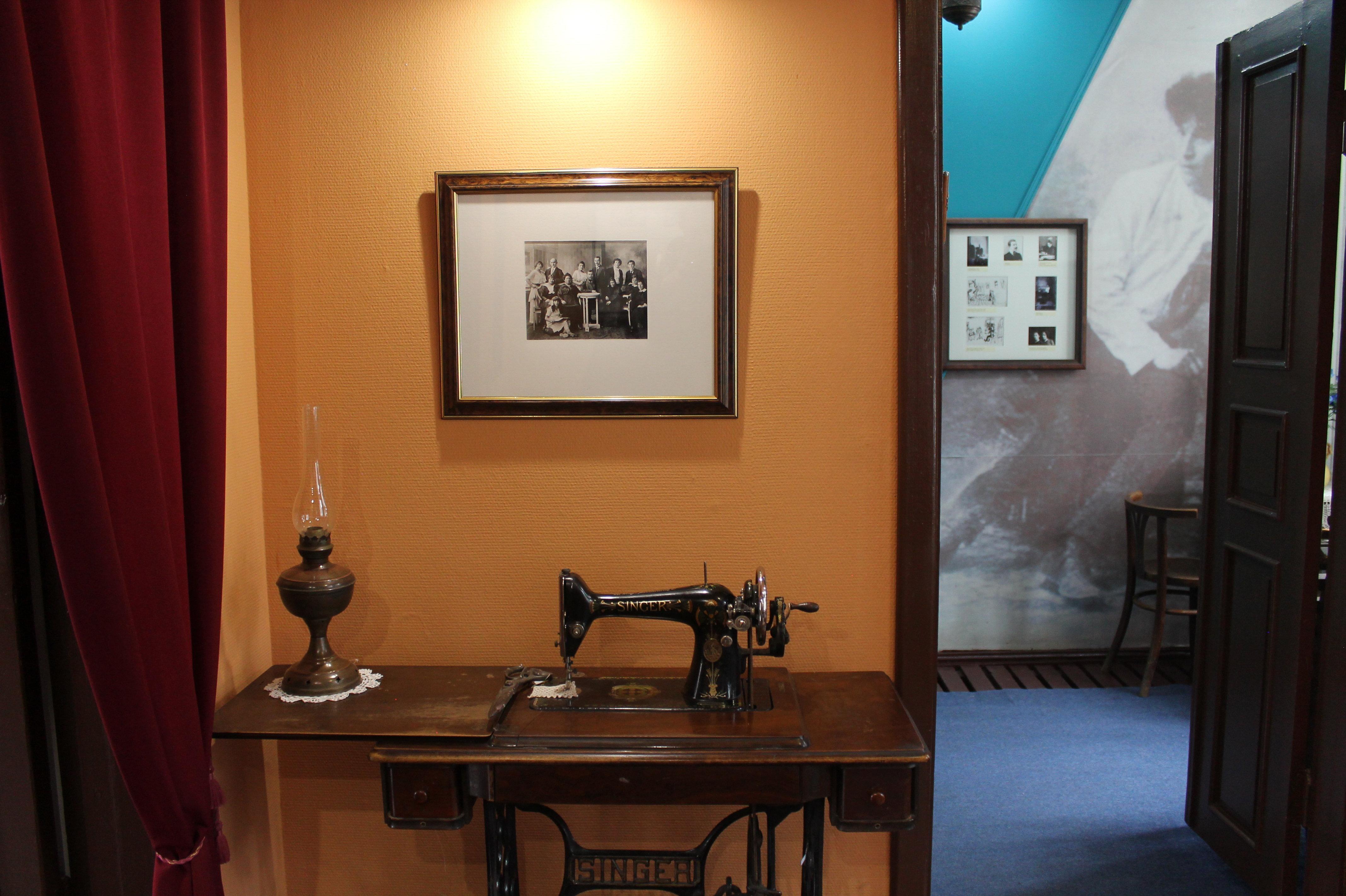 У Шагала было пять сестер, швейная машинка в их доме подолгу не простаивала