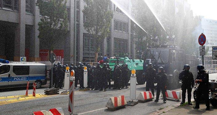 Правоохранительные органы ФРГ держат под контролем ситуацию в Гамбурге, где идут протесты против проведения саммита G20
