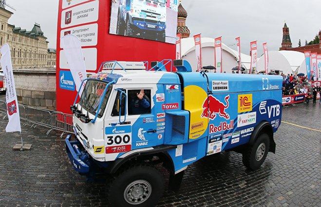 Российский экипаж КАМАЗ-мастер на торжественном старте ралли Шелковый путь - 2017 на Красной площади в Москве.