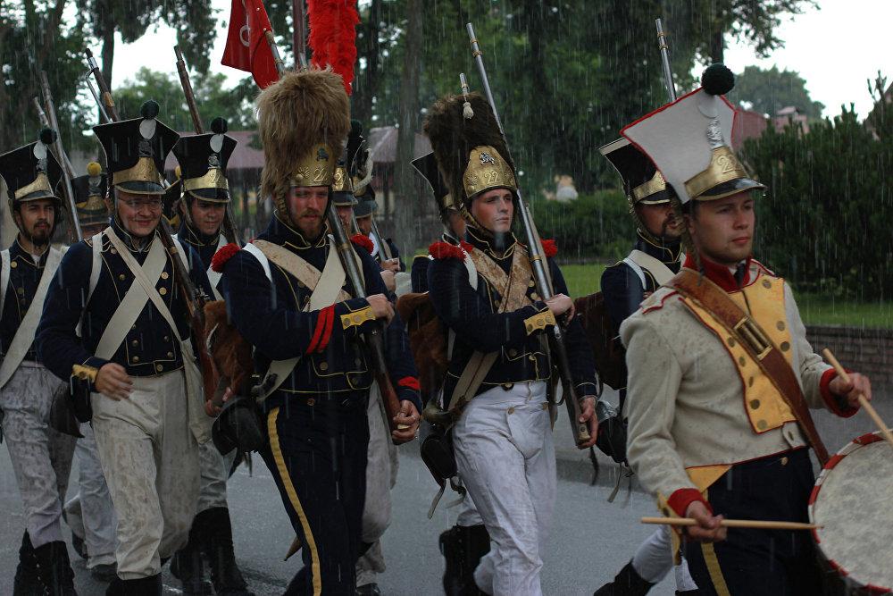 Падчас параду войскаў ішоў дождж - але строй не пахіснуўся, і пяхота мужна маршыравала.