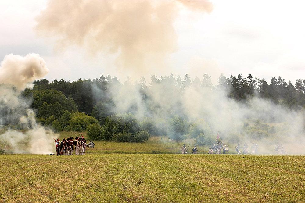 Поле бітвы імгненна завалакло дымам - артылерыя не шкадавала зарадаў, падтрымліваючы строячуюся ў баявы парадак пяхоту.