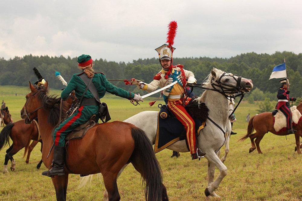 Рускае войска і армія Напалеона сыходзяцца ў коннай бітве зноў і зноў: бітва вядзецца за цэнтр поля.