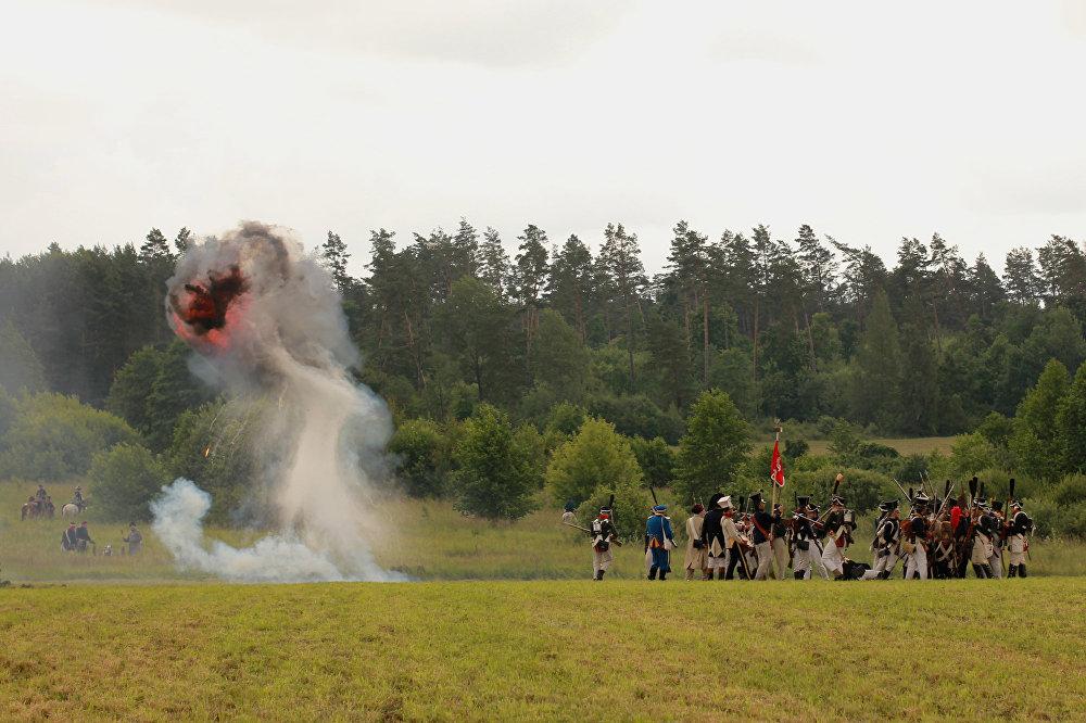 Разрывы снарадаў не замінаюць дасведчаным ваякам ісці ў атаку.