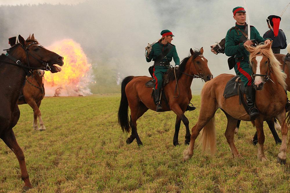 Коней таксама спецыяльны падрыхтоўваюць да бою, каб яны не баяліся страляніны.
