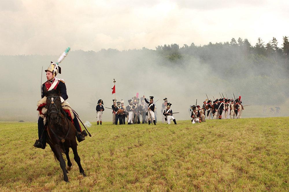 Бітва набліжаецца да фіналу - конніца разгортваецца і пяхота строіцца, каб парадным строем прайсці перад гледачамі.