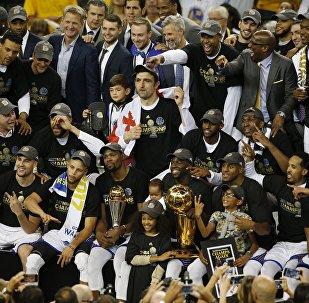 Баскетболисты Голден Стэйт Уорриорс празднуют чемпионство