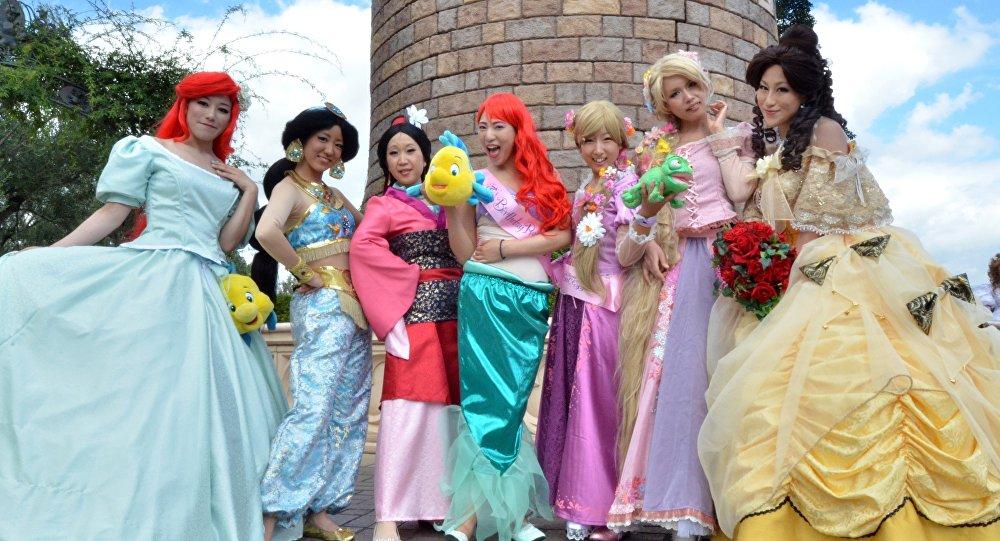 Японские девушки в костюмах принцесс Диснея