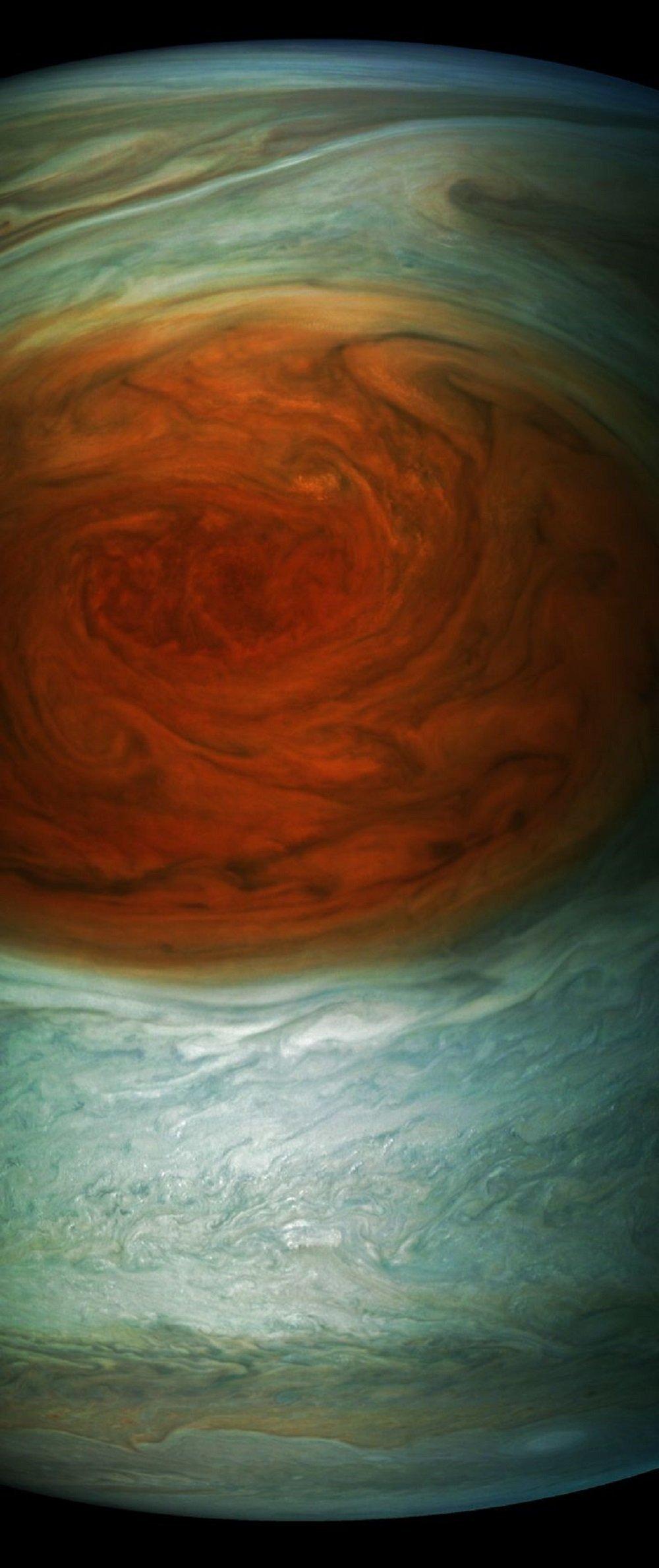 Космический аппарат Juno во время близкого подлета к Юпитеру сделал четкие фотографии планеты