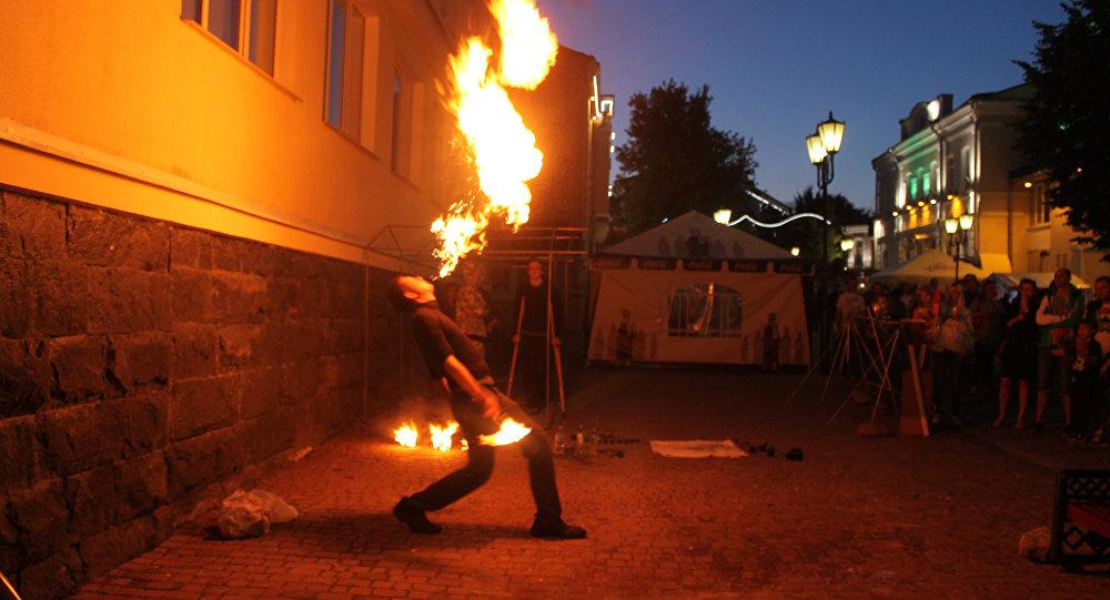 Огненные шоу проходили в нескольких частях центра города