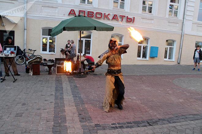 Творческая группа Sky Fire, устроила огненное шоу прямо в центре Витебска