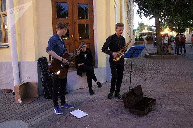 Музыка в дни Славянского базара льется из каждого уголка города