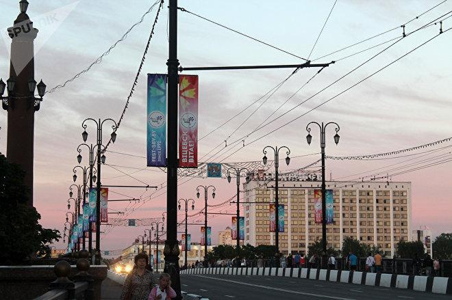Всех гостей города на Кировском мосту, недалеко от вокзала, встречают баннеры, напоминающие о том, что сейчас идет Славянский базар