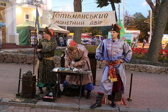 В этом году на Славянский базар приехало очень много кузнецов монет счастья