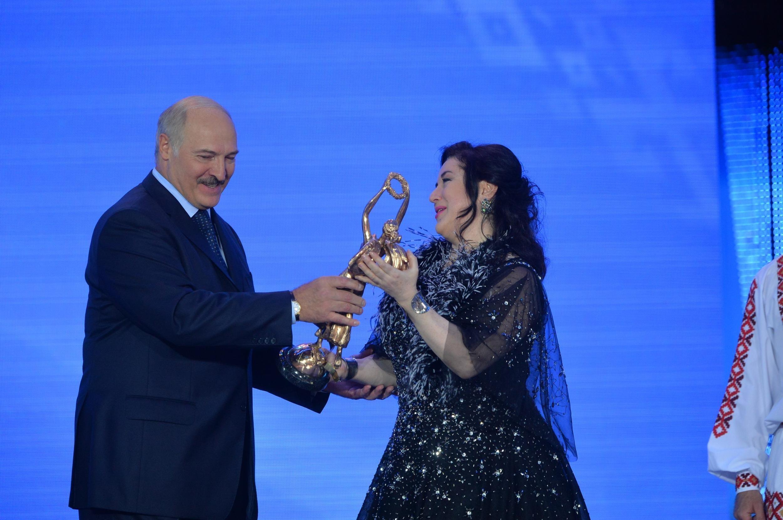 Президент Беларуси вручил Тамаре Гвердцители награду Через искусство - к миру и взаимопониманию