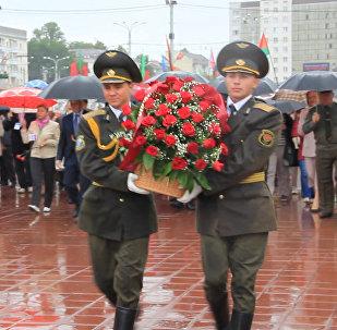 Видеофакт: Рапота возложил цветы к Вечному огню в Витебске
