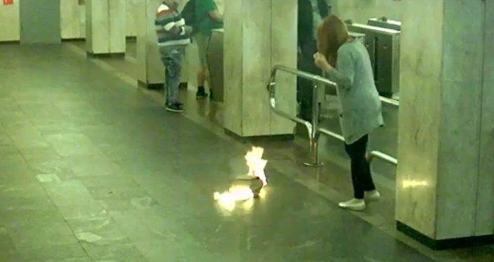 В минском метро у девушки загорелся рюкзак