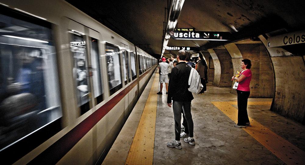 Витальянском метро двери поезда зажали белоруску: пострадавшая получила переломы