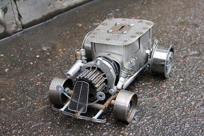 Машина-копилка создана из деталей настоящего автомобиля, цена – 200 рублей