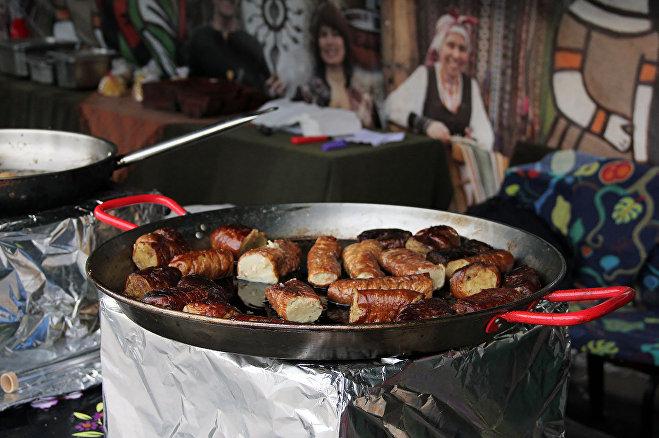 Литовцы предлагают гостям Славянского базара отведать их кухню – картофельную колбаску в свиной кишке