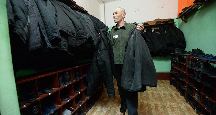 Заключенный в помещении для хранения теплых вещей