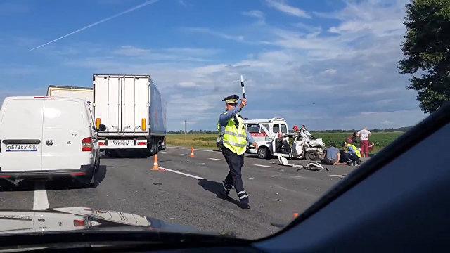 Видеофакт: авария с участием фуры и легковушки на трассе М1