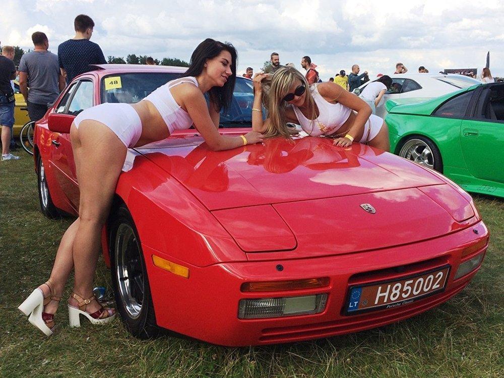 Девушки охотно позировали рядом с машинами.