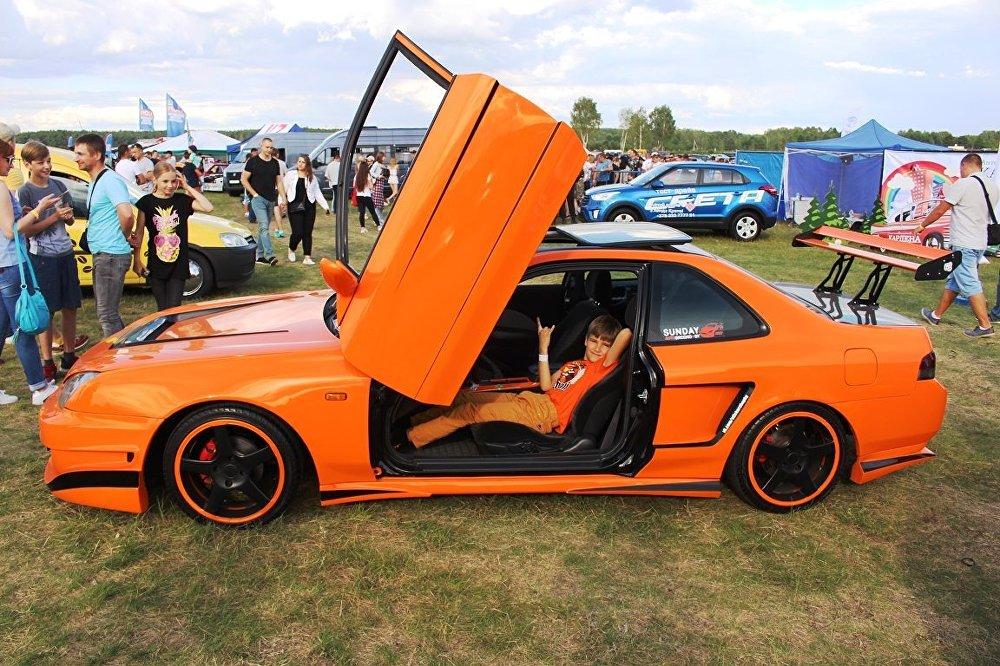 Когда еще посидишь за рулем крутых машин, как не на автофестивале. Хотя многие машины были закрыты.