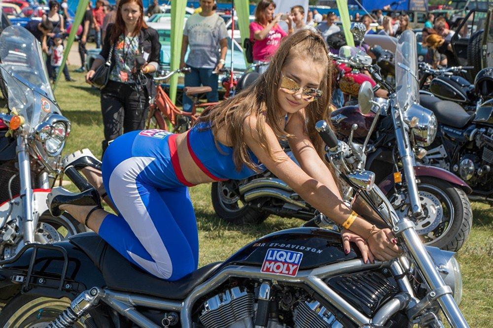 Выставка мотоциклов собрала не меньше зрителей, чем тюнингованные и машины ретро.