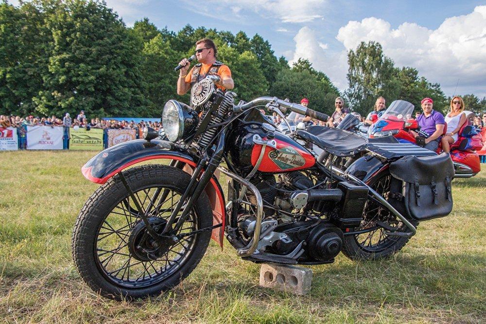 Самый старый мотоцикл фестиваля – Harley Davidson 1942 года – вынужден возить с собой кирпич.