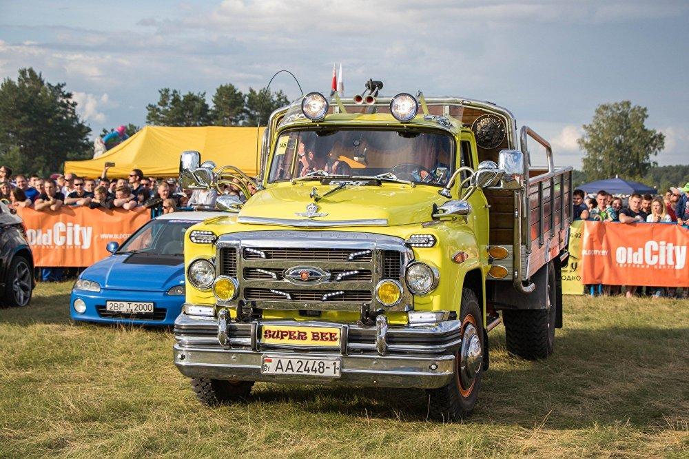 Овации зрителей собрал желтый грузовичок ГАЗ, решивший поучаствовать в конкурсе автозвука.