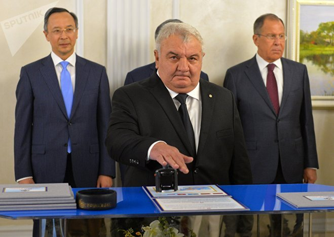 Генсек ОДКБ Юрий Хачатуров на гашении юбилейной марки