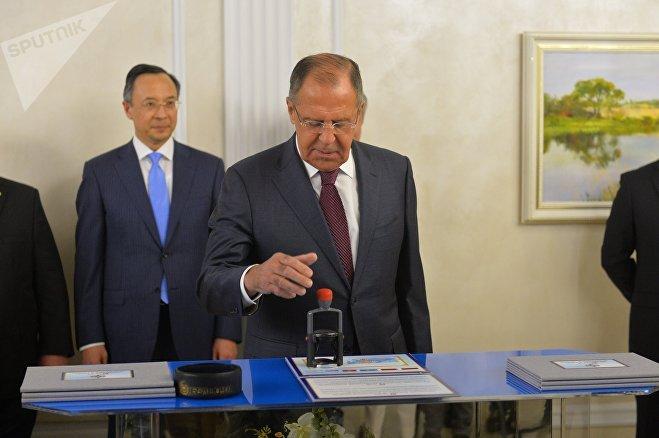 Глава МИД РФ Сергей Лавров на церемонии гашения марки