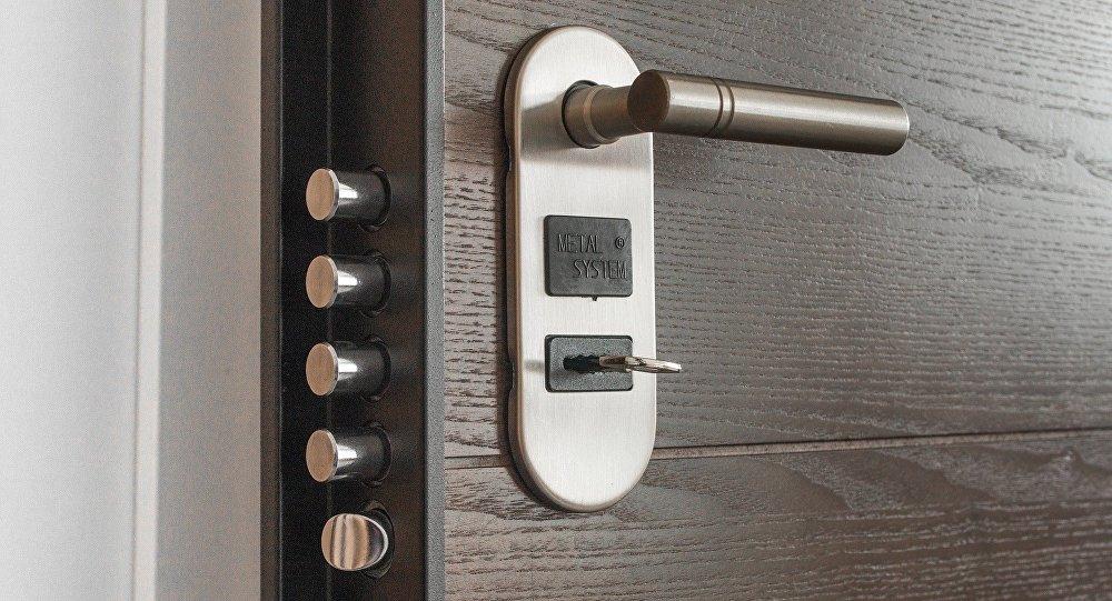 Дверь в квартиру, архивное фото