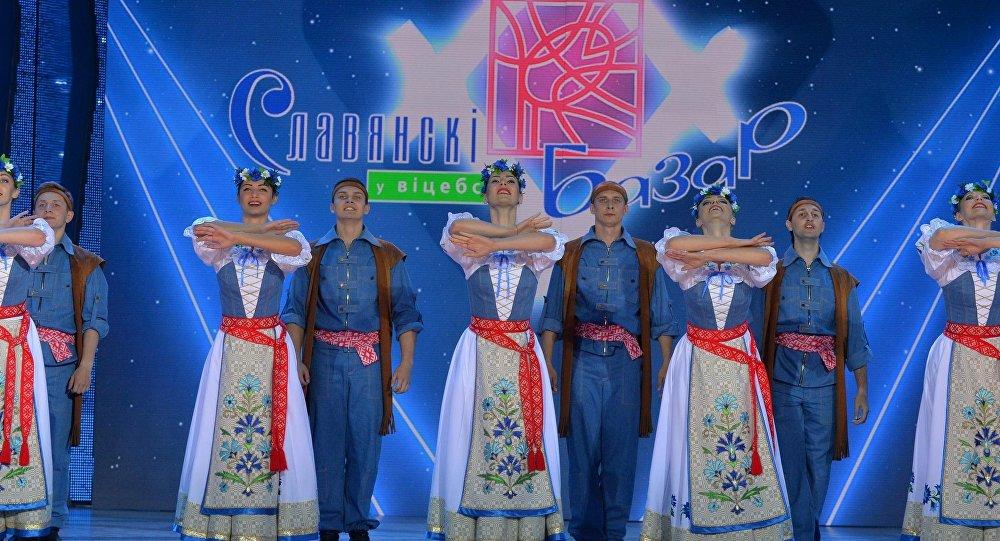 Артысты на сцэне Славянского базара ў Віцебску