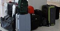 Чемоданы и сумки туристов, архивное фото