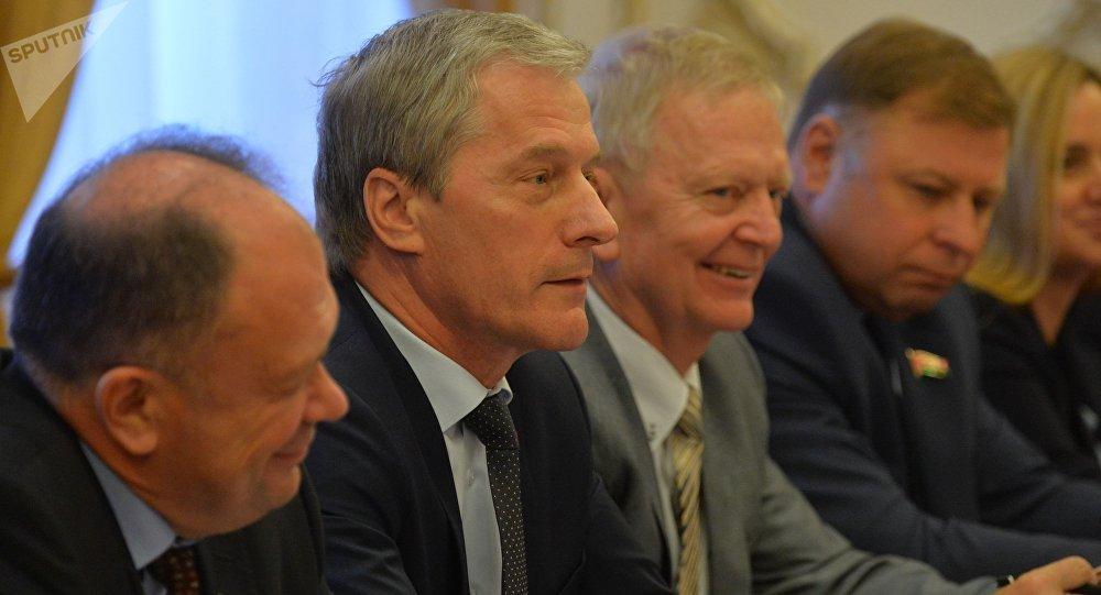 Заместитель председателя Палаты представителей Национального собрния Беларуси Болеслав Пирштук с делегацией Европалрамента