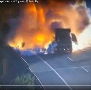 Очевидцы сняли момент взрыва грузовика после ДТП в Китае
