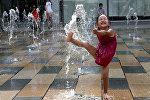 Девочка играет в фонтане